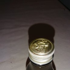 Botellas antiguas: VIEJO FRASCO DE CRISTAL, TAPE DE ALUMINIO, PONE EN RELIEVE EN BASE BUFALO. Lote 228020885
