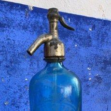 Botellas antiguas: SIFON ANTIGUO DE VIDRIO AZUL CAMILO PASTOR DE ALCOY CON GRABACION AL ACIDO. Lote 236111835