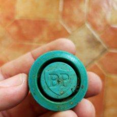 Botellas antiguas: ANTIGUO TAPÓN DE ROSCA PLÁSTICA DE BOTELLA DE LUBRICANTE BP PARA AUTOMÓVIL COCHES.. Lote 236150995