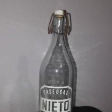 Bottigglie antiche: BOTELLA 1 LITRO DE GASEOSA NIETO (SEARA - POYO). Lote 236456335