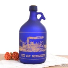 Botellas antiguas: BOTELLA VINTAGE AZUL TRANSLUCIDO THE OLD MISSISSIPPI, CON UN BARCO DORADO. Lote 240337995