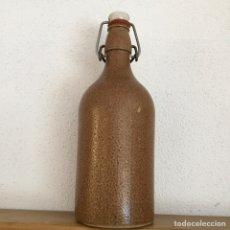 Botellas antiguas: BOTELLA DE BARRO DE CERVEZA TAPÓN DE CERÁMICA. Lote 241158690