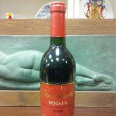 Bottigglie antiche: BOTELLA VIÑA ARISABEL. CRIANZA 2000. DO RIOJA. MEDIDAS DIÁMETRO 6.5 CM ALTO 30 CM.. Lote 244586495