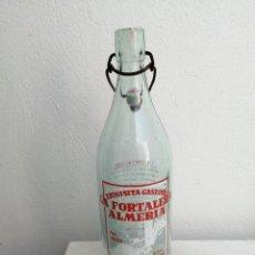 Botellas antiguas: ANTIGUA BOTELLA GASEOSA LA FORTALEZA DE ALMERÍA ALMERIENSE CON TAPON DE PORCELANA FABRICANTE N° 1156. Lote 254196135
