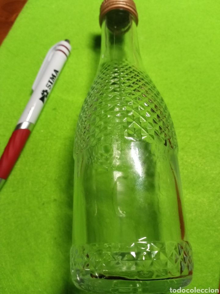 Botellas antiguas: Botella vacía. Con relieve. De 20 cl. - Foto 3 - 266168868