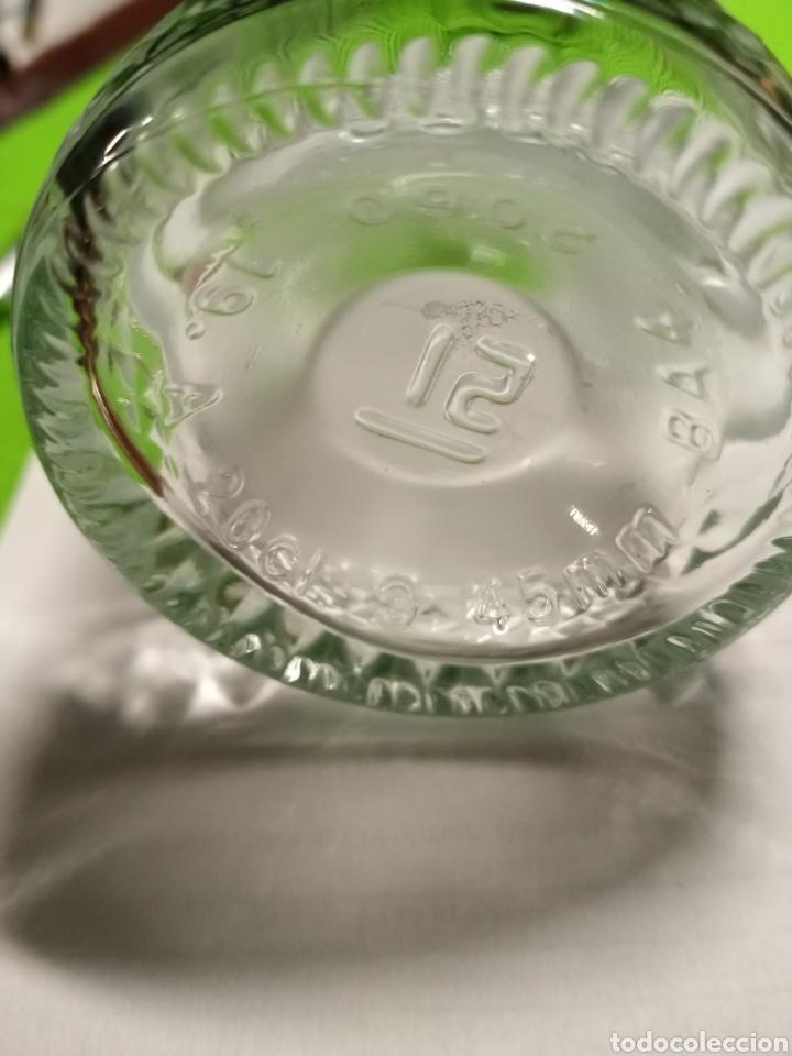 Botellas antiguas: Botella vacía. Con relieve. De 20 cl. - Foto 5 - 266168868