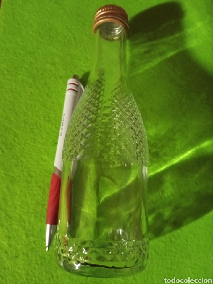 Botellas antiguas: Botella vacía. Con relieve. De 20 cl. - Foto 2 - 266168868