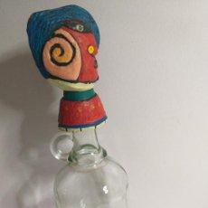 Botellas antiguas: BOTELLA ANTIGUA CON TAPA DECORATIVA. ALTURA 34 CM. Lote 269851903