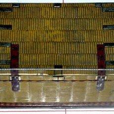 Cajas y cajitas metálicas: ANTIGUA CAJA DE HOJALATA LITOGRAFIADA EN FORMA DE BAUL. Lote 26947799