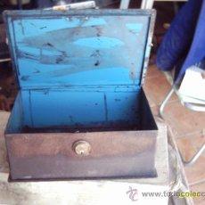 Cajas y cajitas metálicas: VIEJA CAJA DE CAUDALES EN HIERRO. Lote 26290993
