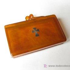 Cajas y cajitas metálicas: CAJA ANTIGUA DE PLEXIGLAS CON UNA CRUZ DE PLATA. Lote 26306147
