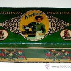 Cajas y cajitas metálicas: ANTIGUA CAJA DE HOJALATA LITOGRAFIADA CON PUBLICIDAD DE WERTHEIM . MAQUINAS PARA COSER - MIDE 15,5 X. Lote 24728230