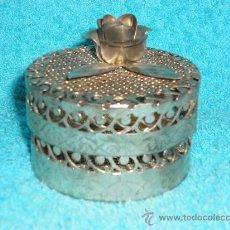Cajas y cajitas metálicas: CAJA REDONDA DE METAL CALADO, CON ROSA EN LA TAPA. AÑOS 80. Lote 26290879