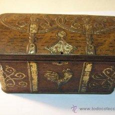 Cajas y cajitas metálicas: CAJA ANTIGUA TROQUELADA DE HOJA DE LATA. Lote 26710429