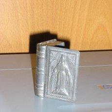 Cajas y cajitas metálicas: CAJITA/LIBRO CON VIRGEN ...? DE HOJALATA REPUJADA PARA PONER ROSARIO. Lote 30365912