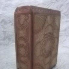 Cajas y cajitas metálicas: CAJA EN FORMA DE LIBRO TALLADA ANTIGUA. Lote 31086472
