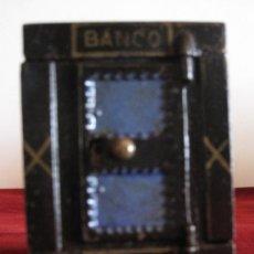 Cajas y cajitas metálicas: HUCHA METALICA ANTIGUA,CON FORMA DE CAJA FUERTE. BANCO ESPANOL.. Lote 31132264