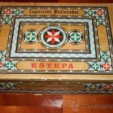 Cajas y cajitas metálicas: SEVILLA,ESTEPA.PRECIONSA CAJA DE MANTECADOS Y POLVORONES LA MANZANA,ANTONIO JIMÉNEZ. 37X25X11 CMS.. Lote 35833485