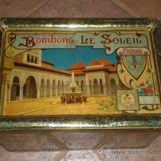 Cajas y cajitas metálicas: PRECIOSA LATA DE CHAPA LITOGRAFIADA BOMBONS LE SOLEIL - PATIO DE LOS LEONES, DE LA ALHAMBRA DE GRANA. Lote 37322608