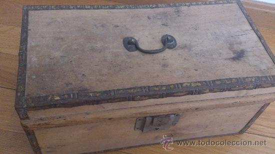antigua caja de madera con partes metalicas asa y cerradura