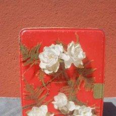 Cajas y cajitas metálicas: CAJA DE COLA CAO ROJA CON FLORES BLANCAS. Lote 39084820