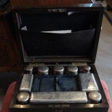 Cajas y cajitas metálicas: ESPECTACULAR CAJA-NECESER DE VIAJE MUY ANTIGUA. Lote 39445352