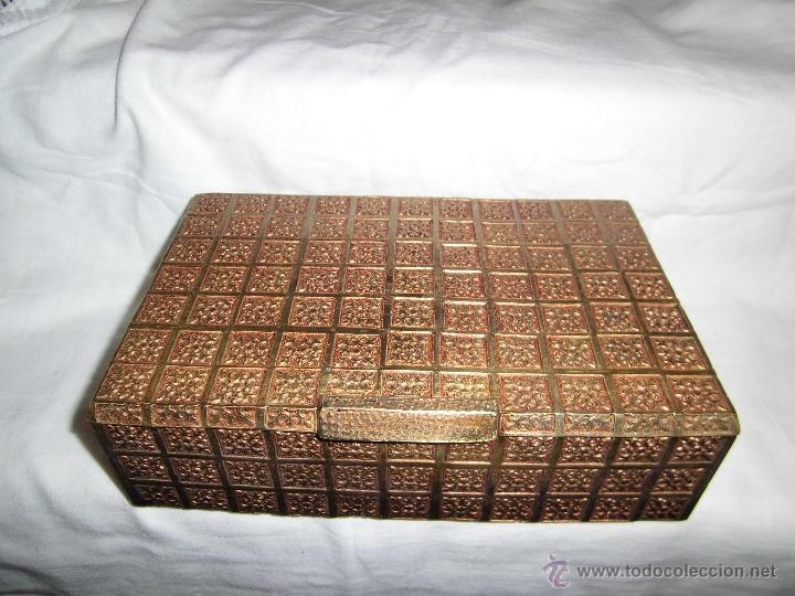 ANTIGUA CAJA DE BRONCE INTERIOR FORRADO EN MADERA (Coleccionismo - Cajas y Cajitas Metálicas)