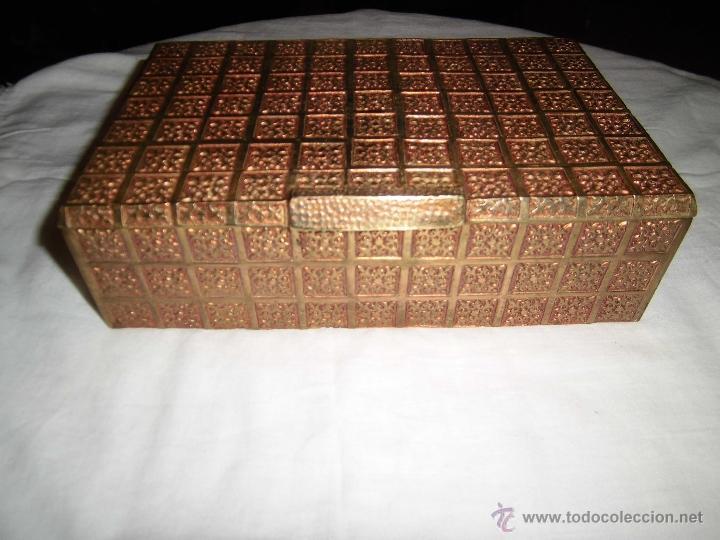 Cajas y cajitas metálicas: ANTIGUA CAJA DE BRONCE INTERIOR FORRADO EN MADERA - Foto 4 - 39767784