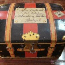 Cajas y cajitas metálicas: ANTIGUA CAJA DE HOJALATA LITOGRAFIADA CON FORMA DE BAÚL CON LLAVE DE CARAMELOS LA CUBANA. Lote 39810639