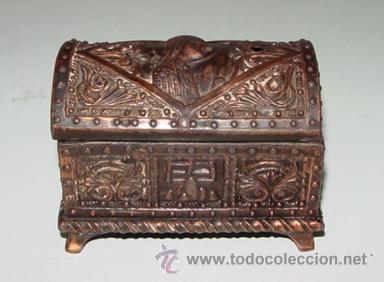 ANTIGUA CAJA DE FUNDICION CON MOTIVOS EN RELIEVE TIPO VICTORIANO, ART DECO - 1920 APROX. - MIDE 9,5 (Coleccionismo - Cajas y Cajitas Metálicas)