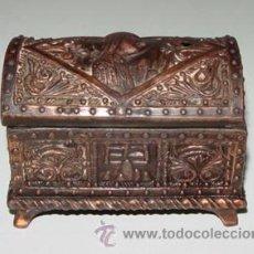 Cajas y cajitas metálicas: ANTIGUA CAJA DE FUNDICION CON MOTIVOS EN RELIEVE TIPO VICTORIANO, ART DECO - 1920 APROX. - MIDE 9,5 . Lote 38268027