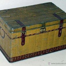 Cajas y cajitas metálicas: ANTIGUA CAJA DE HOJALATA LITOGRAFIADA CON FORMA DE BAUL DE VIAJE, MIDE 17 X 10,3 X 9,5 CMS. -- C1.. Lote 38277736