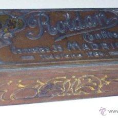 Cajas y cajitas metálicas: ANTIGUA CAJA DE CHAPA TROQUELADA CON PUBLICIDAD DE CONFITERIA ROLDAN, CALLE CARRETAS 35, MADRID, MID. Lote 38277746