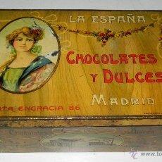 Cajas y cajitas metálicas: ANTIGUA CAJA DE HOJALATA LITOGRAFIADA CON PUBLICIDAD DE LA ESPAÑA - CHOCOLATES Y DULCES - C. SANTA E. Lote 38279327