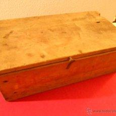 Cajas y cajitas metálicas: ANTIGUA CAJA DE MADERA CON CIERRE. MEDIDAS 34 POR 11.. Lote 40826351