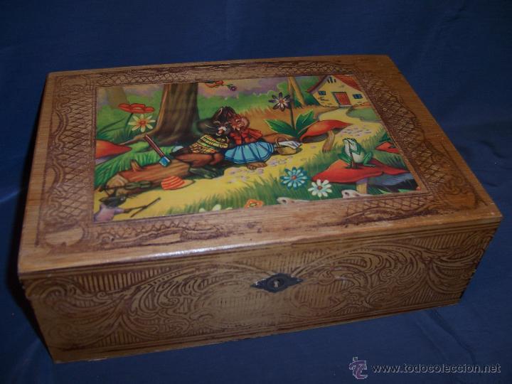 antigua caja de madera con espejo tapa interior