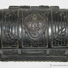 Cajas y cajitas metálicas: CAJA JOYERO EN METAL CINCELADO - IMAGEN DE NUESTRA SEÑORA DE MONTSERRAT - AÑOS 20. Lote 42310895