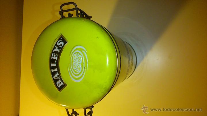 Cajas y cajitas metálicas: Caja metálica de Baileys. Botella grande. - Foto 4 - 43711648