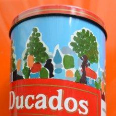 Cajas y cajitas metálicas: CAJA BOTE DE METAL - DUCADOS RUBIO - MOTOCICLISMO - 31 X 13 CM - CONTENÍA UN JERSEY. Lote 44082194