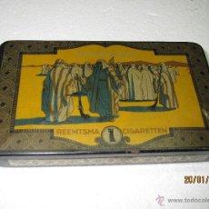 Cajas y cajitas metálicas: ANTIGUA CAJA EN HOJALATA LITOGRAFIADA DE CIGARRILLOS SENOUSSI - AÑO 1950-60S.. Lote 47333704