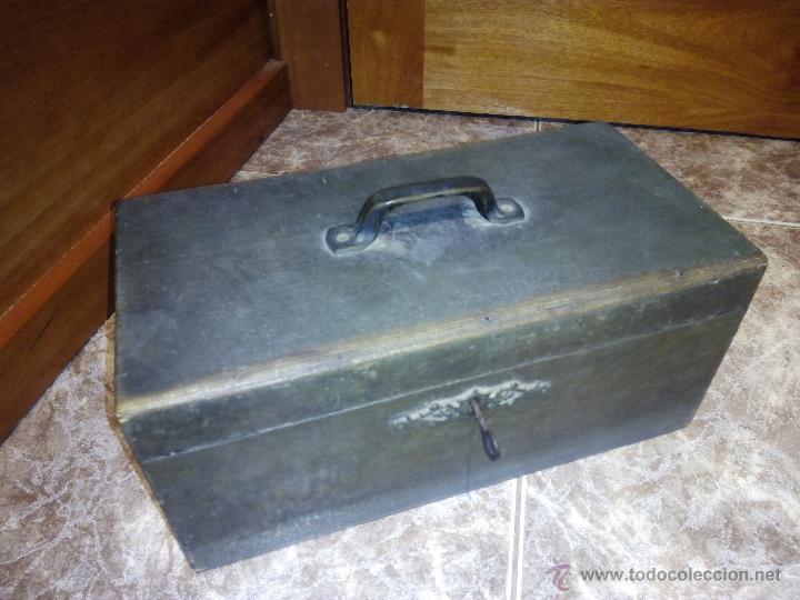 antigua caja de o utensilios en madera con cerradura y llave