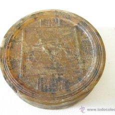 Boîtes et petites boîtes métalliques: INTERESANTE CAJA DE PASTA CON DOS SEÑORES MONTADOS EN CELERÍFEROS. SIGLO XIX. BICICLETAS.. Lote 49982572
