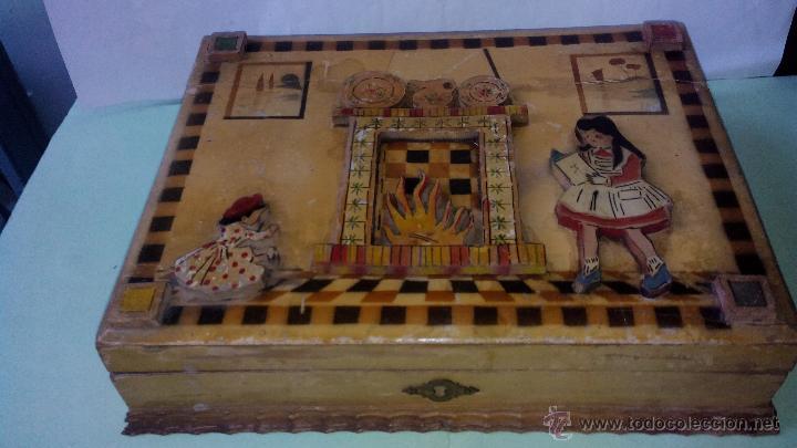 antigua y artesanal caja de madera costurero