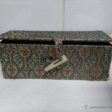 Cajas y cajitas metálicas: ANTIGUA Y PEQUEÑA CAJITA DE DAMASCO Y CARTON. CIERRE DE PLASTICO. Lote 52216477