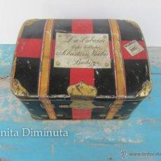 Cajas y cajitas metálicas: ANTIGUA CAJA DE HOJALATA LITOGRAFIADA CON FORMA DE BAUL DE VIAJE, CON PUBLICIDAD DE LA CUBANA, FABRI. Lote 52331674