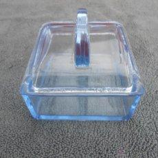 Cajas y cajitas metálicas: ANTIGUA CAJA DE CRISTAL AZUL. Lote 52965793