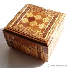 Cajas y cajitas metálicas: CAJA DE MADERA, MARQUETERÍA, 8,2X8,2X5,2 CM. Lote 105681927