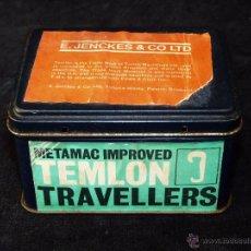Cajas y cajitas metálicas: PEQUEÑA CAJA METALICA ETIQUETAS PAPEL TEMLON TRAVELLERS. E. JENCKES & CO LTD. 10X7,5X6 CM. AÑOS 60. Lote 54727160