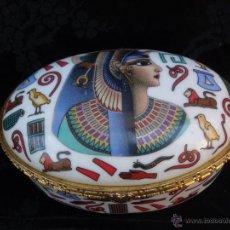 Cajas y cajitas metálicas: CAJA JOYERO PORCELANA ESMALTADA DECORADA CON MOTIVOS EGIPCIOS Y BUSTO DE NEFERTITI AÑOS 80. Lote 55013573