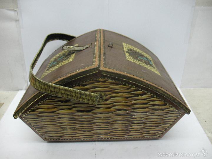 VICTORIA - ANTIGUA CAJA METÁLICA CON FORMA DE COSTURERO (Coleccionismo - Cajas y Cajitas Metálicas)